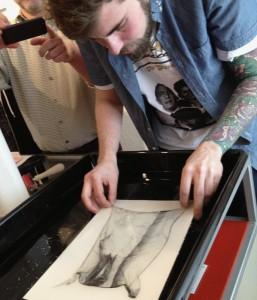 Marco wie er die Fotoschicht auf Acryl-Papier aufzieht
